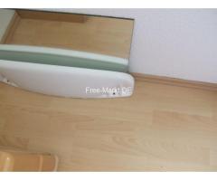 Weisse Keramik - Ablage und viereckigen Badezimmerspiegel